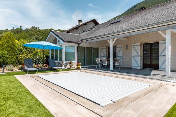 image d'une piscine couverte avec le rideau automatique