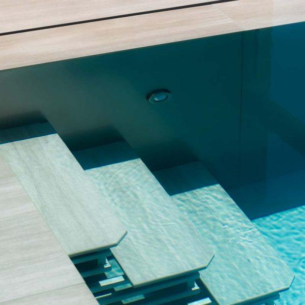 escaliers de piscine de profil