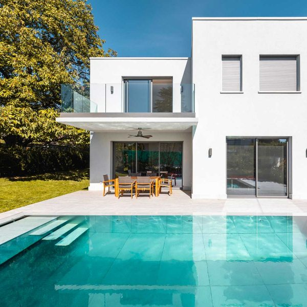 maison et piscine vue large