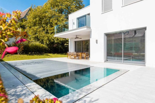 piscine avec rideau moitié ouvert