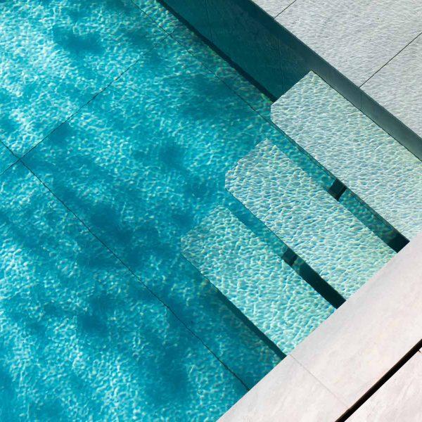 vagues dans l'eau de la piscine