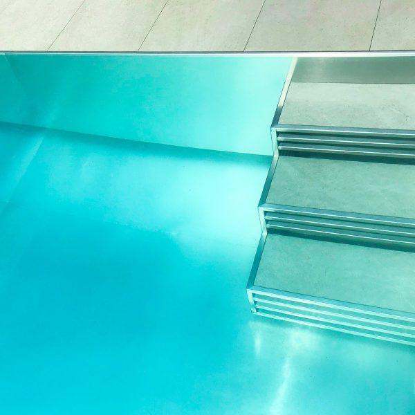 Escalier en inox et grès cérame dans une piscine en inox Talya
