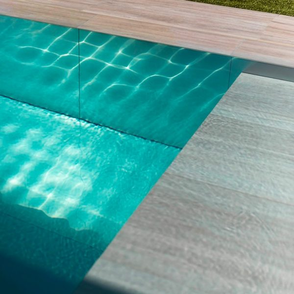 Reflets du soleil dans piscine en inox Talya