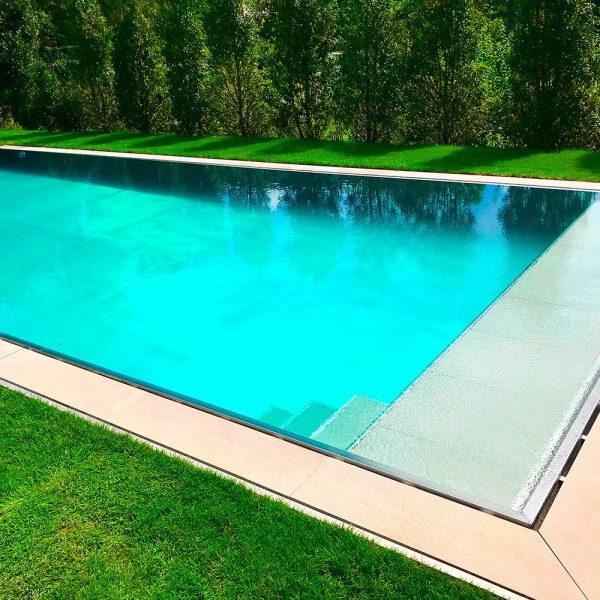Zoom sur une piscine en inox Talya avec des escaliers et une plage immergée