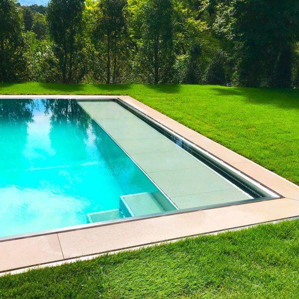 Plage immergée et escaliers d'une piscine en inox Talya