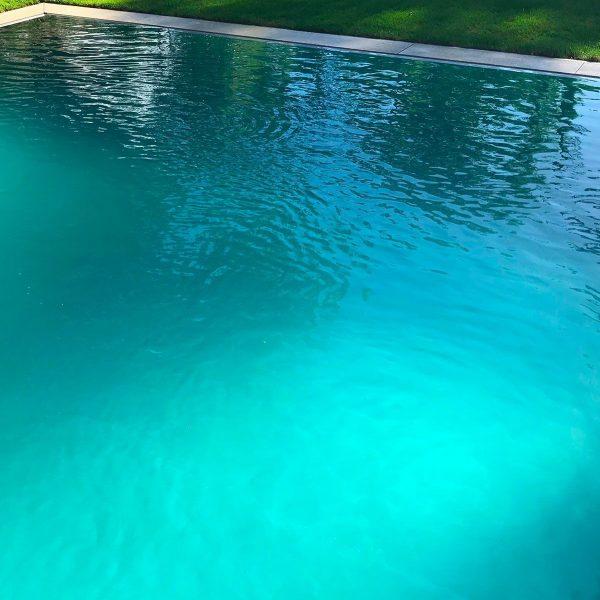 Eau en mouvement d'une piscine en inox talya